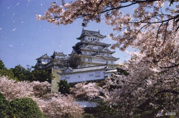 Of course, spring is a good season to visit Himeji castle. ©JNTO