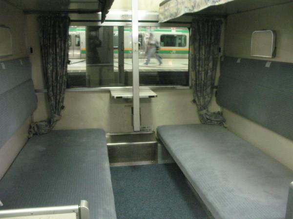 Goronto Seat has no amenities. But you can lie asleep. (C) JP Rail