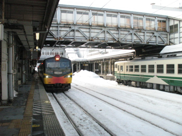 Resort Shirakami came to platform #3. (C) JP Rail